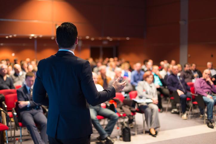 Falar bem em público pode trazer muitos benefícios no dia a dia do ambiente corporativo.